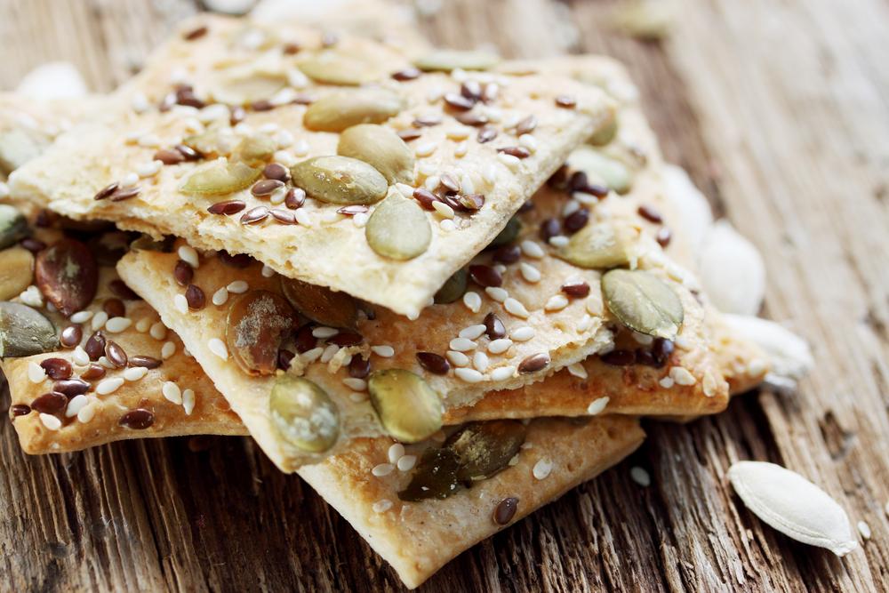 Crackers crujientes con semillas de sésamo y lino