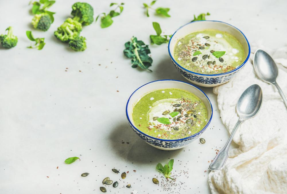 Sopa de brócoli con leche de coco y pipas de calabaza