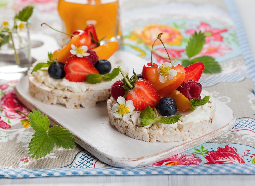 Tortitas de arroz con frutas y yogur vegano