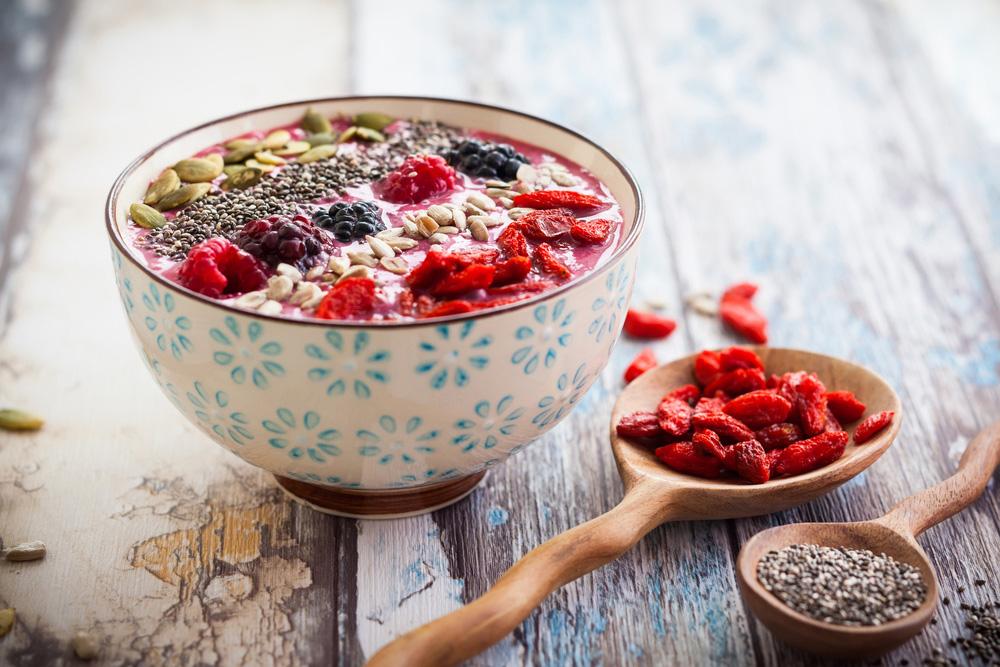 Mix de yogur vegano con semillas y frutas rojas
