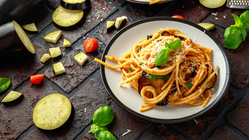 Espaguetis con salsa de tomate y berenjenas