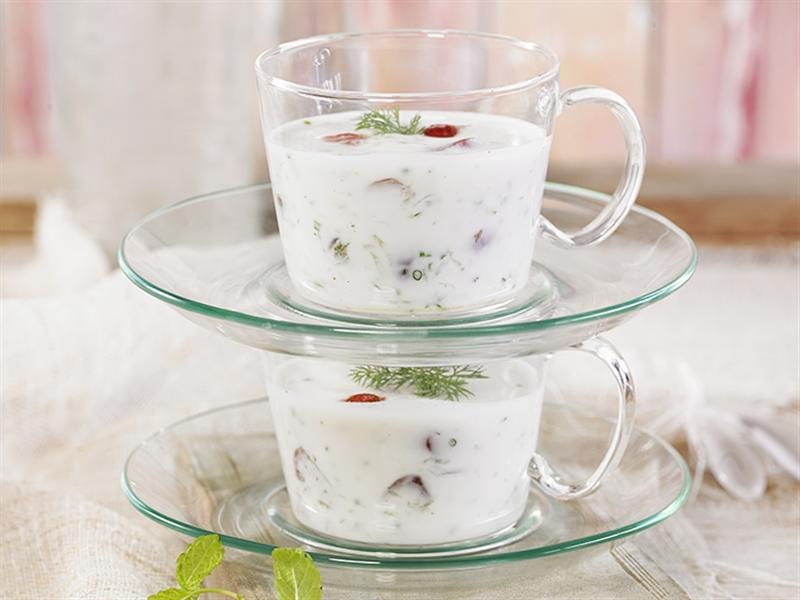 Cóctel de arándanos, yogur y pepino