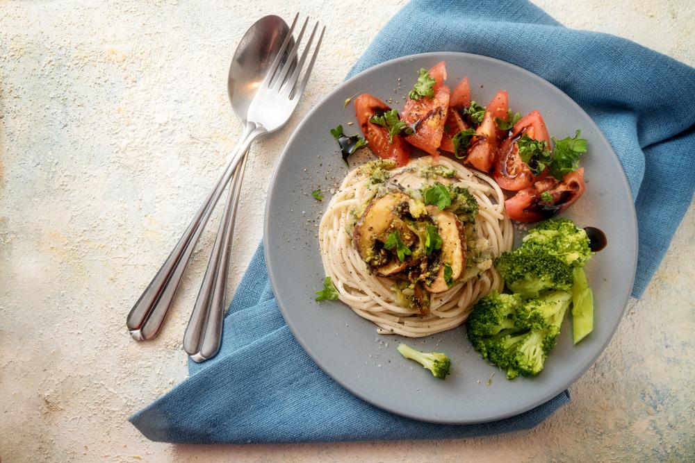 Espaguetis con setas y picada de nueces