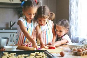Cucinare insieme ai bambini, un ottimo modo per spingerli a mangiare meglio